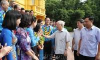 阮富仲会见优秀基层工会主席代表团