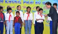 Vizestaatspräsidentin Doan überreicht Stipendien an arme Kinder in Tay Nguyen