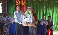 Mitglieder des Verwaltungsstabs für den Südwesten bringen den Khmer zum Fest Sene Dolta Geschenke