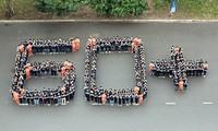 Vietnamesische Jugendliche beteiligen sich an der Erdstunde