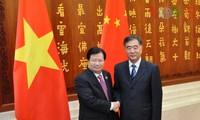 Vizepremierminister Trinh Dinh Dung trifft seinen chinesischen Amtskollegen Wang Yang