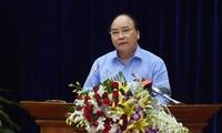 Premierminister Nguyen Xuan Phuc besucht Firma Minh Phu zur Verarbeitung von Garnelen