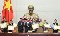 Premierminister Nguyen Xuan Phuc trifft hervorragende junge Vietnamesen