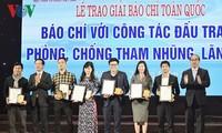 Staatspräsident Tran Dai Quang nimmt an Pressepreisverleihung teil