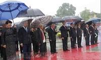 Vietnamesische Spitzenpolitiker legen Blumen vor dem Denkmal der gefallenen Soldaten nieder
