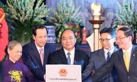 Premierminister Nguyen Xuan Phuc zündet Räucherstäbchen zu Ehren der gefallenen Soldaten in Hanoi an