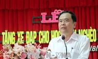 Vorsitzender der vaterländischen Front Vietnams  überreicht Stipendien an Schüler in Can Tho