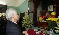 KPV-Generalsekretär, Staatspräsident Nguyen Phu Trong zündet Räucherstäbchen zu Ehren Ho Chi Minhs an