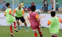 Trainer der vietnamesischen Fußballmanschaft Park Hang-seo trifft Schüler in Viet Tri