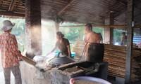 Herstellung von Hu Tieu auf dem schwimmenden Markt Cai Rang in Südvietnam