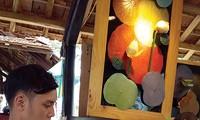 Junger Mann aus Hue stellt Kegelhüte aus Lotusblättern her