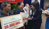 Dang Thi Ngoc Thinh 부주석; 중쭉에거 가난한 가촉들에게 500개의 정의의집 수여
