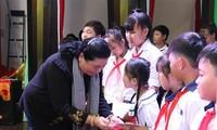 Ofrecen regalos a niños necesitados en ocasión de la Fiesta del Medio Otoño