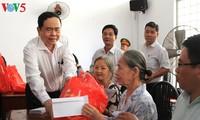 Ayudan a familias pobres vietnamitas