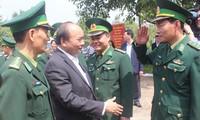 Premier vietnamita visita a las fuerzas militares y de seguridad pública de Dak Nong