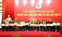 Honran a las personas mayores sobresalientes en contribución al desarrollo económico vietnamita