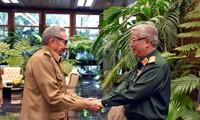Líder partidista cubano recibe a militares vietnamitas