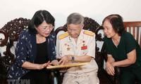 Vicepresidenta vietnamita visita familias con méritos revolucionarios