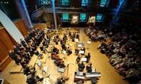 10월6일 저녁 Ho Guom거리에서 세계 최고 오케스트라 진행