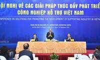 Nguyen Xuan Phuc총리, 보조 산업 발전 촉진 회의 참여