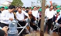 응웬 쑤언 푹 (Nguyễn Xuân Phúc) 총리, 한 가정 한 그루 나무 심기