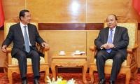 응우옌 쑤언 푹 (Nguyễn Xuân Phúc) 총리, 레 득 아인 (Lê Đức Anh) 전국가주석 국상 참여차 방문한 캄보디아 및 라오스 지도자들 접견