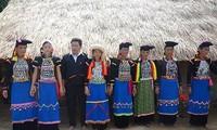 실라 (Si La)족 여성들의 전통의상 및 머리 스카프