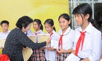 롱안 (Long An)에서 우수 불우학생에게 120건의 브 아 진 (Vừ A Dính)  장학금 전달