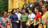 당 티 응옥 틴 (Đặng Thị Ngọc Thịnh) 국가부주석, 라이 쩌우 (Lai Châu)성의 마을 반장 및 모범 대표단 접견