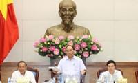 Nguyen Xuan Phuc préside une réunion sur les mesures stimulant la croissance économique