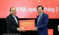 Le PM travaille avec le journal Nhan Dan