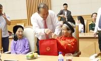 Une délégation de personnes méritantes de la patrie reçue par Truong Hoa Binh