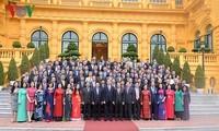 Le chef de l'État rencontre les chefs des représentations diplomatiques vietnamiennes