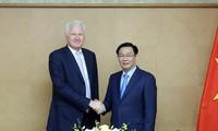 Vuong Dinh Huê travaille avec Clermont Group à propos des banques numériques