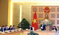 Nguyên Xuân Phuc travaille avec son groupe de consultation économique