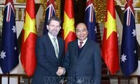 Le président du sénat australien reçu par Nguyên Xuân Phuc
