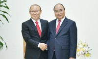 Nguyên Xuân Phúc reçoit Park Hang-seo, sélectionneur du Onze vietnamien