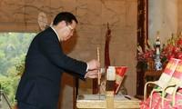 Vuong Dinh Huê visite le vestige historique de Pác Bó