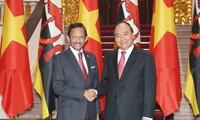 Le sultan de Brunei reçu par Nguyên Xuân Phuc