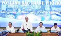 Nguyên Xuân Phuc travaille avec les responsables de Hô Chi Minh-ville