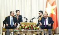 Nguyên Xuân Phuc rencontre des chefs d'entreprises