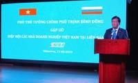 Trinh Dinh Dung rencontre des chefs d'entreprises vietnamiens en Russie