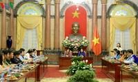 La vice-présidente Dang Thi Ngoc Thinh rencontre les gagnants du prix Vu A Dinh