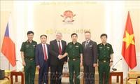 Vojtech Filip reçu par le chef d'état-major général de l'armée vietnamienne