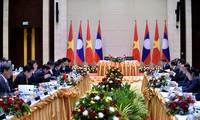 Le vice-Premier ministre Trinh Dinh Dung en visite au Laos