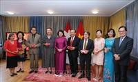 Dang Thi Ngoc Thinh rencontre des représentants de la communauté vietnamienne en Suisse