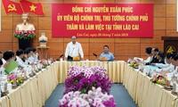 Nguyên Xuân Phuc discute avec les autorités de Lào Cai du développement socio-économique local