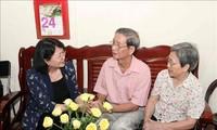 Dang Thi Ngoc Thinh rend visite à des personnes méritantes
