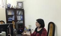학술 연구에 심취해 있는 Nguyen Thi Kim Hoa우수교원