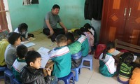 빈곤 아동을 위한 마음껏 기울이는 장애인 교사